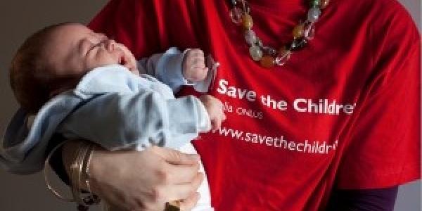operatrice-save-the-children-tiene-in-braccio-neonato