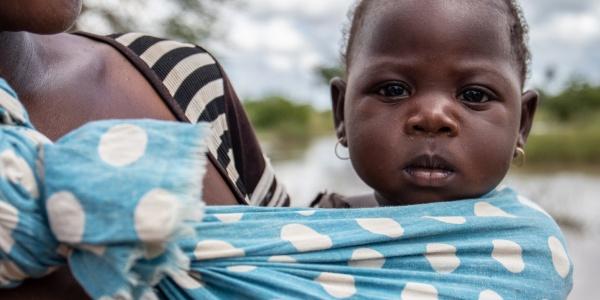 bambina-africana-attaccata-al-petto-della-mamma