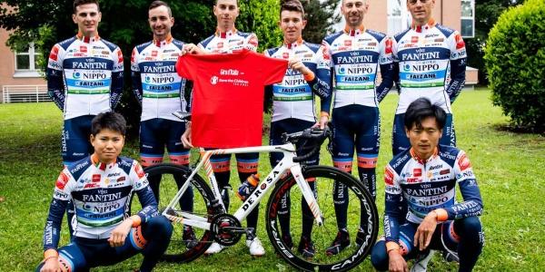 Il team Nippo Fantini Faizanè mostra la maglietta di Save the Children