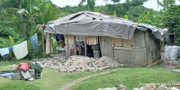 scena di una casa distrutta dal terremoto ad haiti