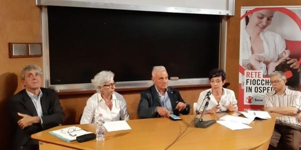Quattro persone sedute a un tavolo per inaugurazione sportello Fiocchi in Ospedale ad Ancona