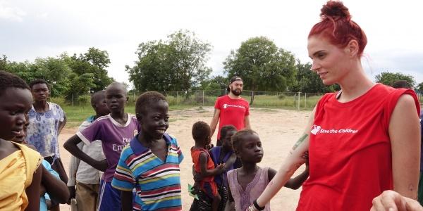 LaSabri, Sabrina Cereseto, insieme a dei bambini in Uganda