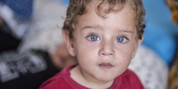 Primo piano bambino biondo e occhi azzurri