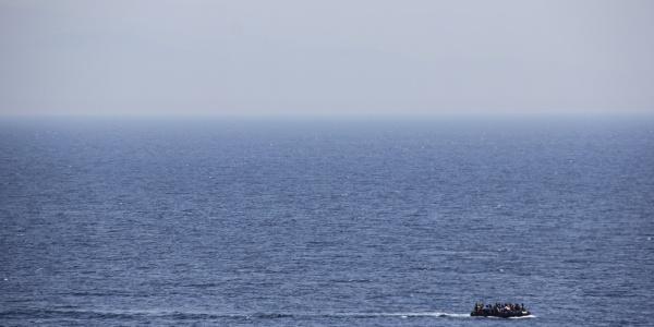 Gommone in mezzo al mare
