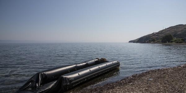Gommone vuoto in mare vicino alla riva