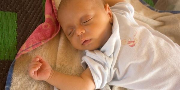 neonato dorme nella sua culla