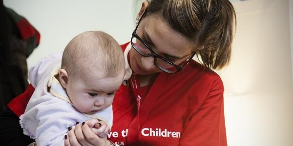 operatrice-save-the-children-guarda-neonata-in-braccio