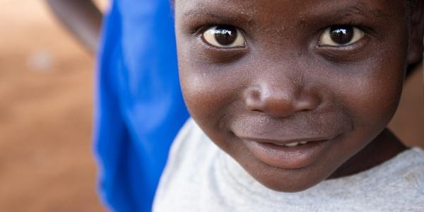 Primissimo piano di un bambino che sorride