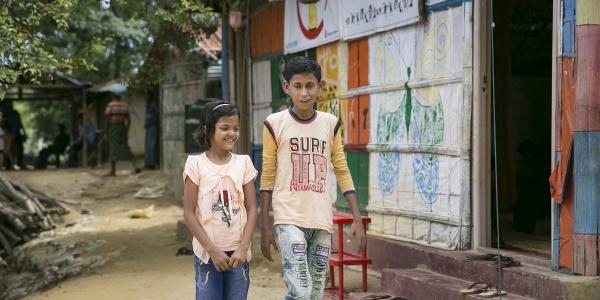 due-bambini-rohingya-camminano-vicini-in-campo-cox-s-bazar