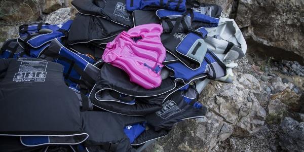 Giacche salvagenti per il mare abbandonate sullo scoglio