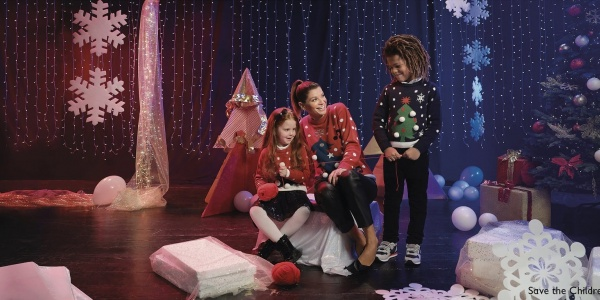 Alessandra Amoroso indossa i maglioni natalizi per il Christmas Jumper Day