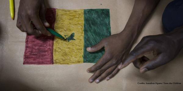 mani di ragazzo con carnagione scura disegnano una bandiera