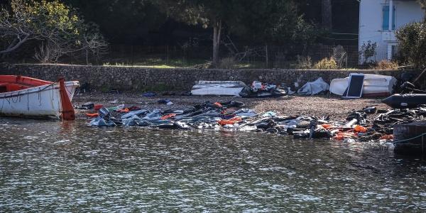 abiti di migranti lasciati sulle rive di Lesbo