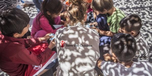 gruppo di bambini piccoli in cerchio con operatrice save the children