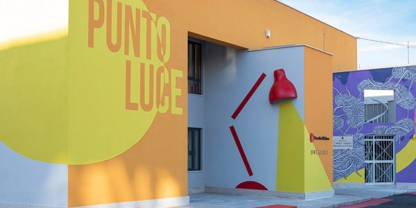 Ingresso del nuovo Punto Luce di Save the Children a Roma Ostia