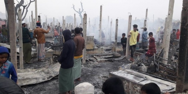 I resti dell incendio divampato all interno del campo di Cox Bazar in Bangladesh