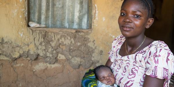 Gbassay tiene in braccio il figlio Brima in Sierra Leone