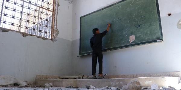 bambino-siriano-scrive-lavagna-in-scuola-distrutta