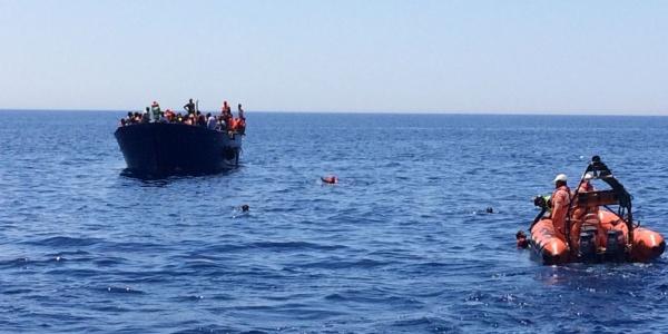 gommone-soccorso-barca-migranti-nel-mare