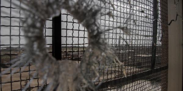 buco di proiettile sul vetro di una struttura