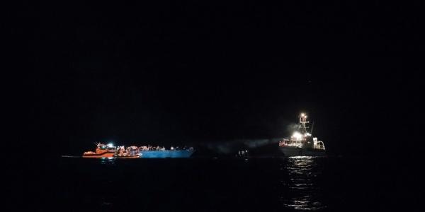 nave nel mediterraneo di notte