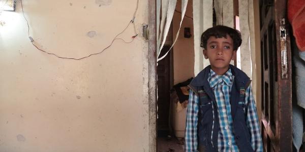 bambino-yemenita-in-piedi-sfondo-muro