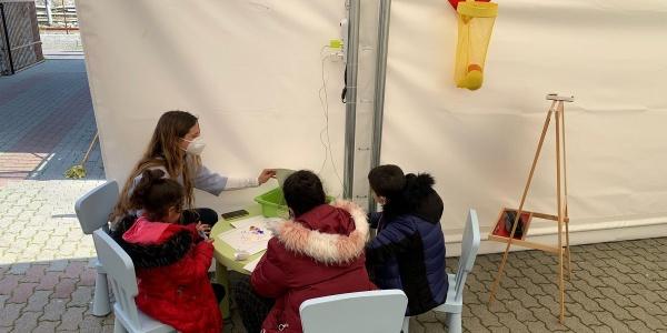 Tavolo con bambini e operatori in uno spazio a misura di bambino