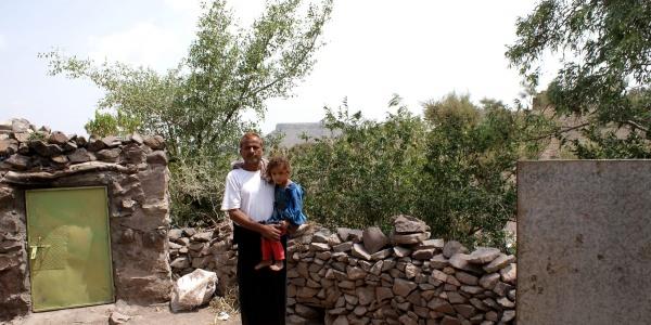 Uomo yemenita tiene in braccio un bambino
