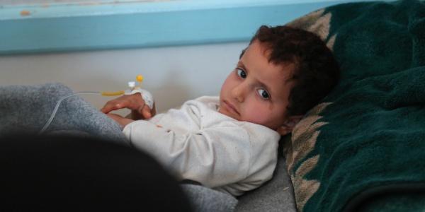 Un bambino in cura per il colera, epidemia che sta colpendo lo Yemen