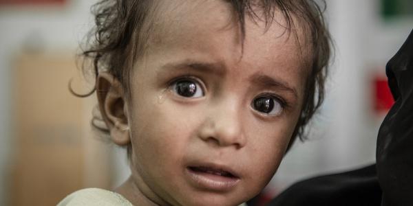 Primo piano bambino yemenita che piange