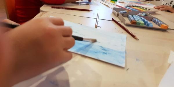dettagli di mani di bambini che colorano